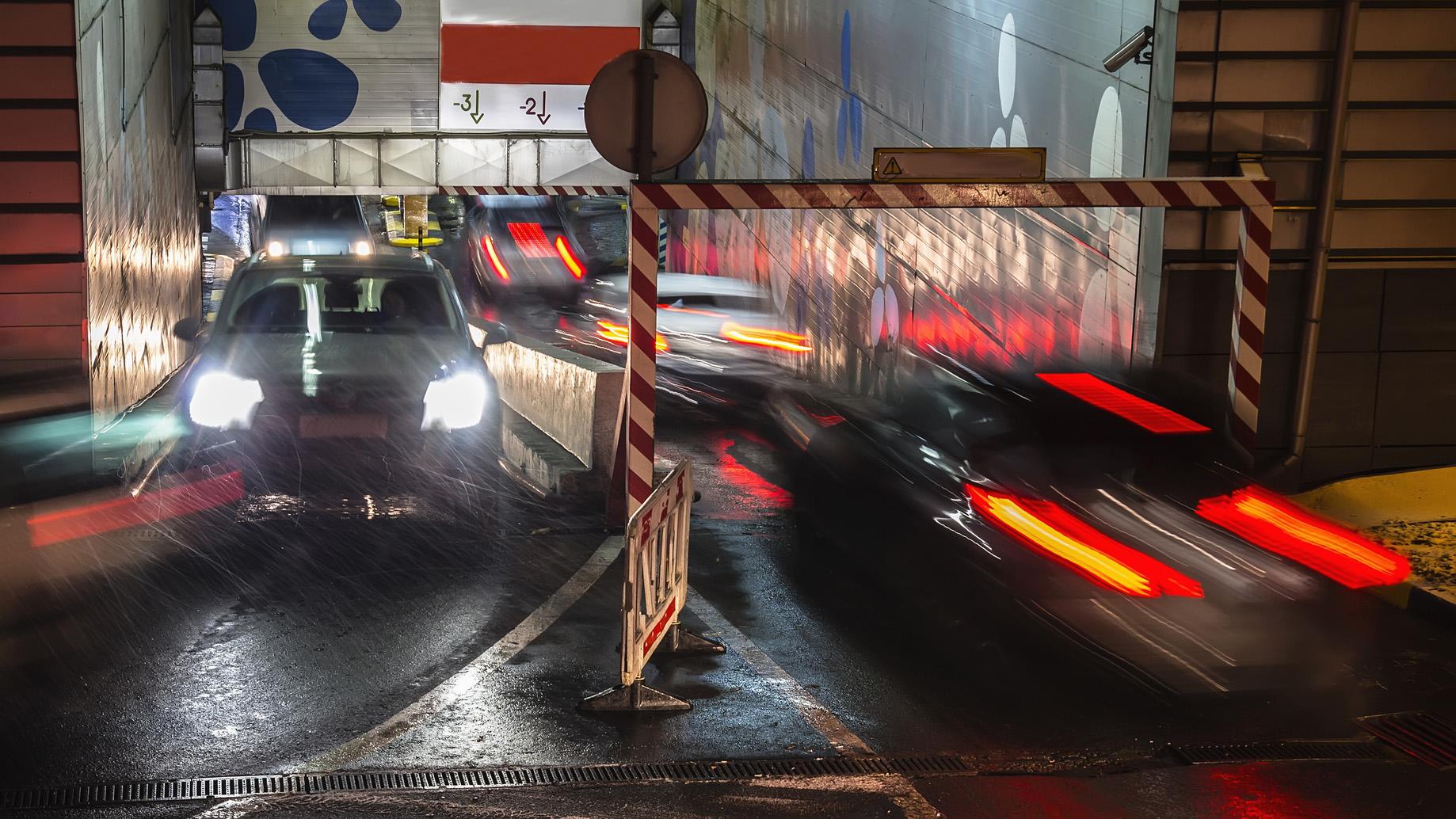 Circulation de voitures dans un parking sous-terrain